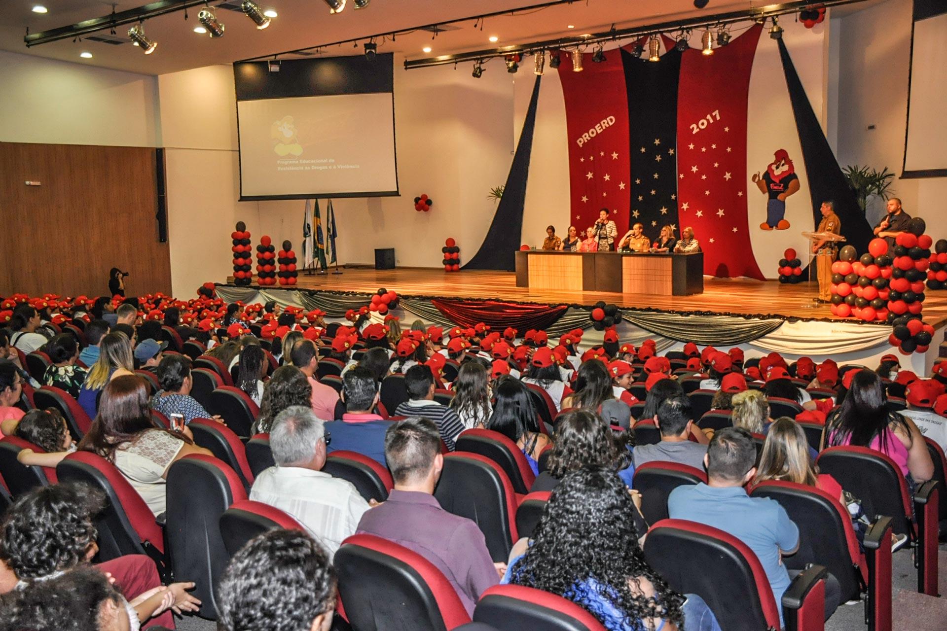 Alunos da rede municipal recebem certificação do Proerd em Pinhais